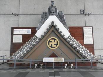 浅草寺観音堂大棟鬼瓦.JPG