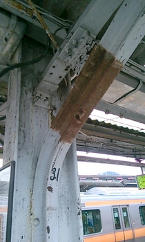 JR高尾駅(機銃掃射痕).JPG